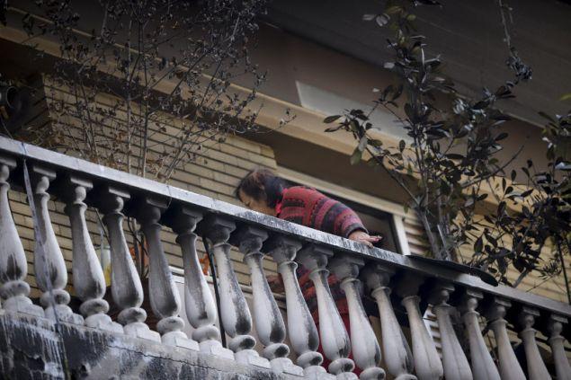 Κάτοικος της πολυκατοικίας βλέπει τις ζημιές τώρα που τόλμησε να βγεί στο μπαλκόνι- φωτογραφία eurokinissi