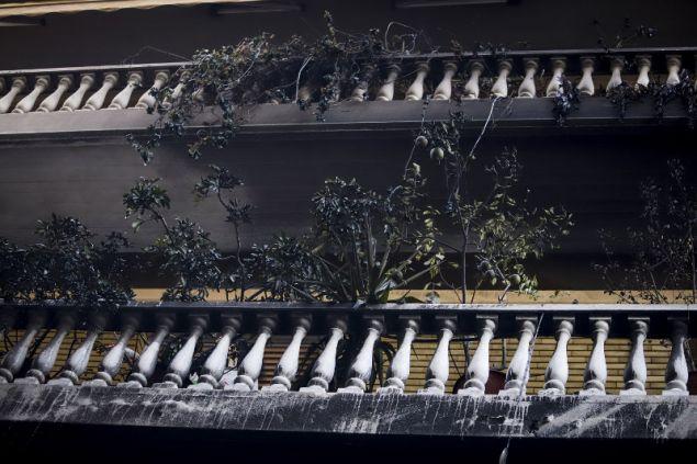 Πέταξαν μολότοφ στα μπαλκόνια των πολυκατοικιών στα Εξάρχεια οι κουκουλοφόροι- φωτογραφία eurokinissi