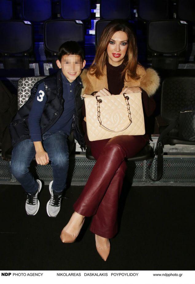 Η Μαριάννα Ντούβλη σε παλαιότερη εμφάνιση με τον γιο της