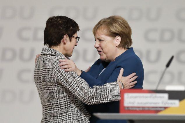 Η Ανγκελα Μέρκελ & η Ανεγκρετ Κραμπ-Κάρενμπαουερ (Φωτογραφία: AP Photo/Michael Sohn)