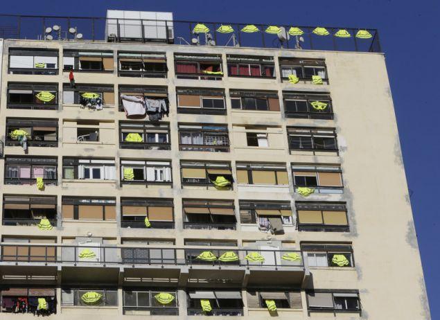 Κίτρινα γιλέκα αναρτημένα στα μπαλκόνια πολυκατοικίας στη Μασσαλία σε ένδειξη συμπαράστασης προς το κίνημα διαμαρτυρίας (Φωτογραφία: ΑΡ)