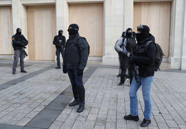 Αστυνομικοί έχουν πάρει θέσεις μάχης σε καίρια σημεία της Λεωφόρου των Ηλυσίων Πεδίων μπροστά από καταστήματα (Φωτογραφία: ΑΡ)