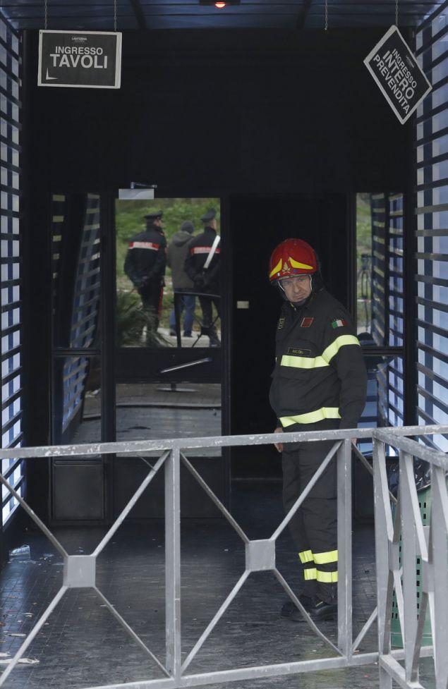 Πυροσβέστες και αστυνομικοί στην είσοδο της ντισκοτέκ (Φωτογραφία: ΑΡ)