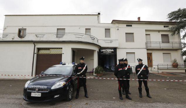 Οι Αρχές τις έρευνές τους στην τήρηση των κανόνων ασφαλείας από μέρους του ιδιοκτήτη της ντισκοτέκ (Φωτογραφία: ΑΡ)