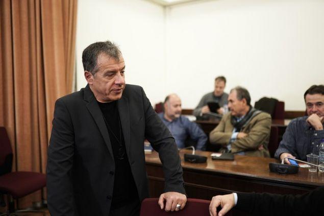 Ο Στ. Θεοδωράκης συνομιλεί με βουλευτές πριν τη συνεδρίαση -Φωτογραφία: Menelaos Myrillas / SOOC