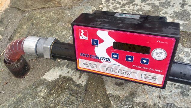 """Διοχέτευση πετρελαίου θέρμανσης στις δεξαμενές σχολείου, με χρήση του καινοτόμου συστήματος """"EKO Control System""""."""