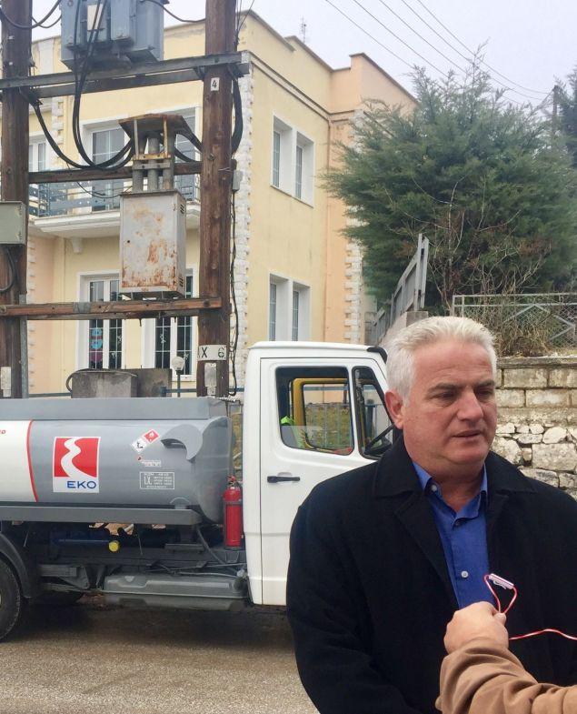 Ο κ. Π. Στεργιούλης, Πρόεδρος των ΚΕΚ ΑΜΕΑ «Ειδικό Εργαστήρι Πτολεμαΐδας» σε δηλώσεις του κατά την παράδοση πετρελαίου θέρμανσης από βυτιοφόρο της ΕΚΟ.