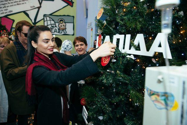 """Η Σοφία Μανουσάκη τοποθετεί το στολίδι με τις ευχές της στο """"Δέντρο των Ευχών"""""""