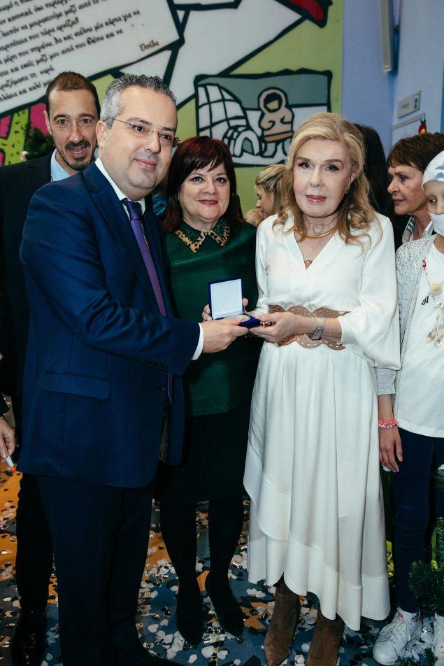 Η Μαριάννα Β. Βαρδινογιάννη με τον Δήμαρχο Παπάγου – Χολαργού κύριο Ηλία Αποστολόπουλο και την αντιδήμαρχο Παιδείας Νεολαίας και Κοινωνικής Πολιτικής του Δήμου Παπάγου – Χολαργού κυρία Μαρία Αθανασάκου – Μουντάκη