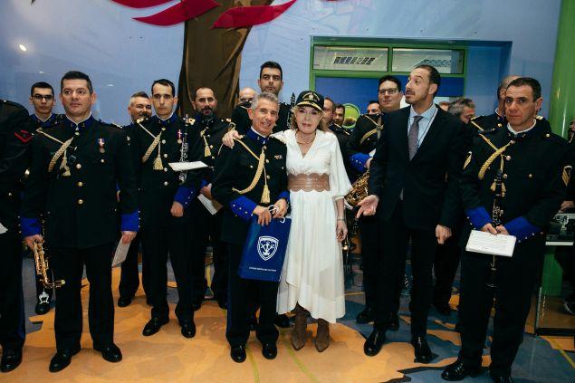 Η Μαριάννα Β. Βαρδινογιάννη με την μπάντα του Πολεμικού Ναυτικού