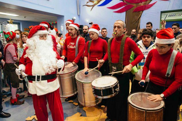 Ο Άγιος Βασίλης με τα ξωτικά του προσέφερε χαρά στα παιδιά