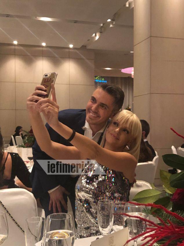 Φυσικά δεν έλειψαν οι selfies. Μιχάλης Χατζηγιάννης, Σάσα Σταμάτη.