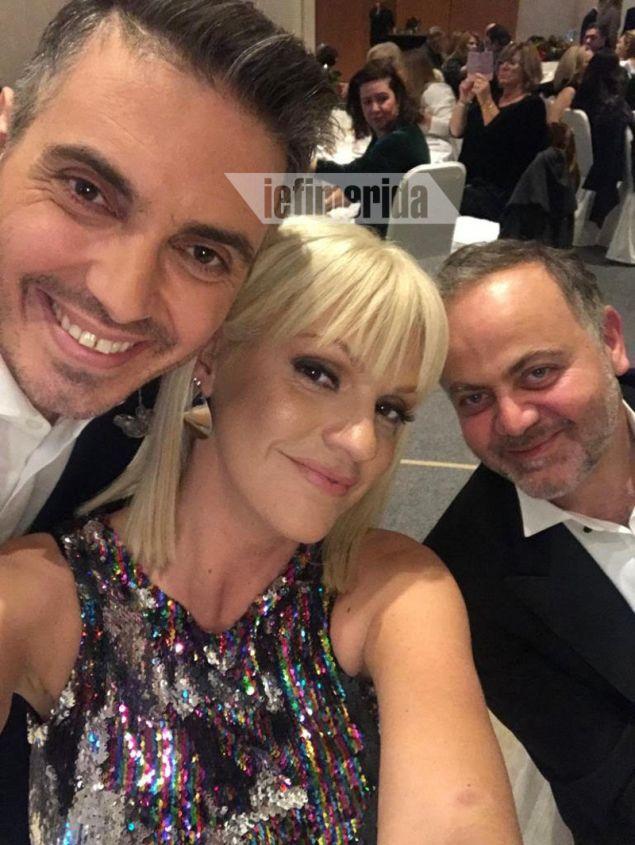Selfie για τρεις: Μιχάλης Χατζηγιάννης, Σάσα Σταμάτη, Μιχάλης Κεφαλογιάννης, με την παρουσιάστρια σε ρόλο φωτογράφου!