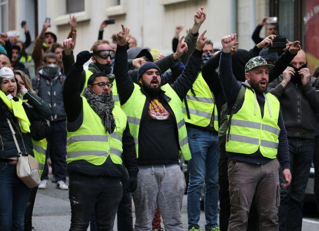 Οι διαδηλωτές χωρίστηκαν σε μικρές ομάδες στους δρόμους της γαλλικής  πρωτεύουσας 093e147a417