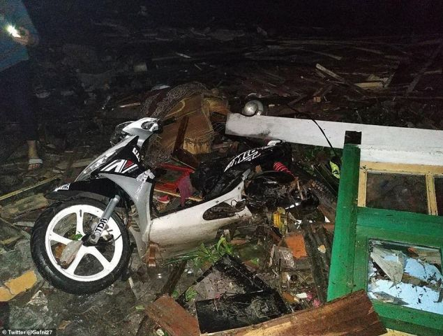 Τουλάχιστον 168 άνθρωποι έχασαν τις ζωές τους από το φονικό τσουνάμι που έπληξε χθες το βράδυ τον πορθμό Σούντα (Φωτογραφία: Twitter/@Safni27)