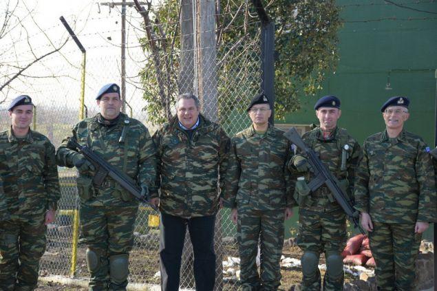 Ο υπουργός Εθνικής Αμυνας μαζί με τον αρχηγό ΓΕΣ Αλκιβιάδη Στεφάνου στο Ε/Φ Πετάλου