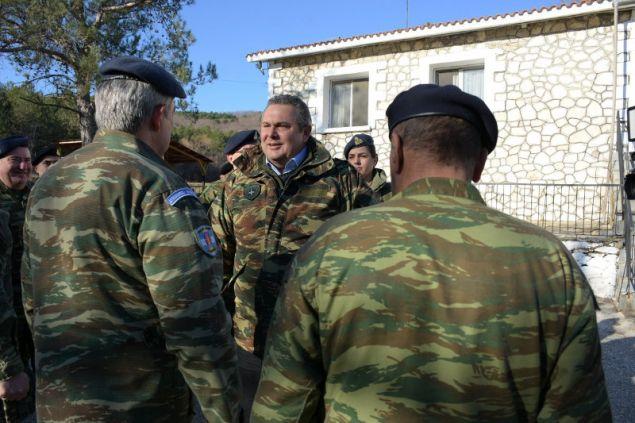 Ο υπουργός Εθνικής Αμυνας χαιρετά και συνομιλεί με οπλίτες και εθνοφύλακες στο Ε/Φ Νυμφαίας