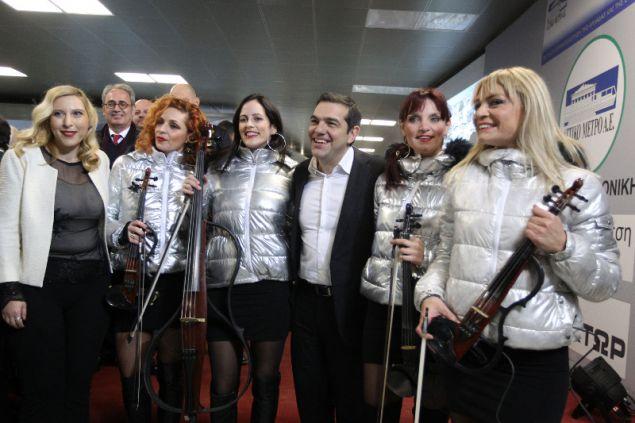 Ο Αλέξης Τσίπρας με τις τέσσερις γυναίκες μέλη του μουσικού συγκροτήματος Electric String Quartet Fortissimo