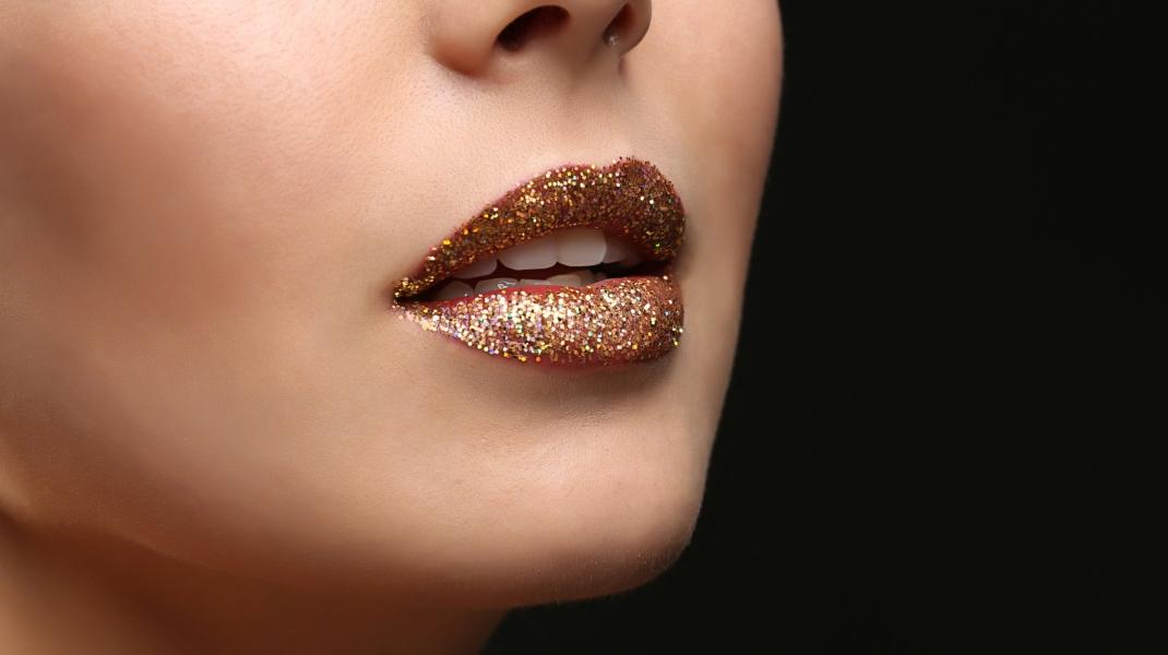 Φυσικά χείλη με χρυσό glitter/Shutterstock