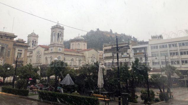 χιονίζει στο κέντρο της Λαμίας