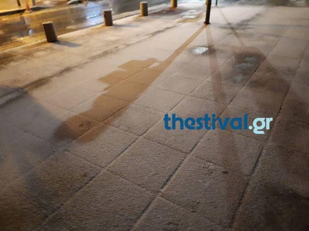 Στα λευκά ξύπνησε η Θεσσαλονίκη. το χιόνι κάλυψε αυτοκίνητα και πεζοδρόμια