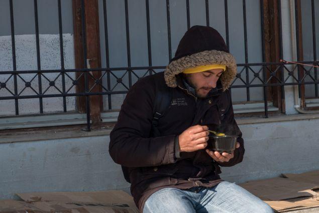 «Κάθε Σαββατοκύριακο, όποιος θέλει, έρχεται και τρώει δωρεάν στο Στέκι μας» λέει ο Χρήστος Γεωργιάδης από το Room 39, προσθέτοντας ότι η ομάδα υποστηρίζει και περίπου άλλα 10 άτομα που διαμένουν σε διαμερίσματα
