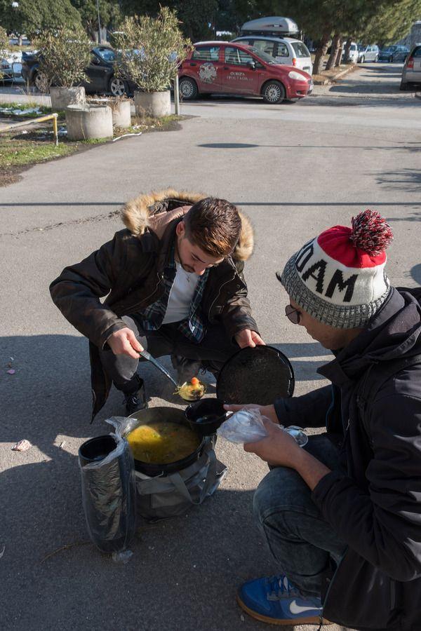 Εθελοντές με ποδήλατα συνεχίζουν να ετοιμάζουν και να μοιράζουν σε άστεγους πρόσφυγες, αλλά και Ελληνες, ζεστή σούπα, ρούχα και κουβέρτες