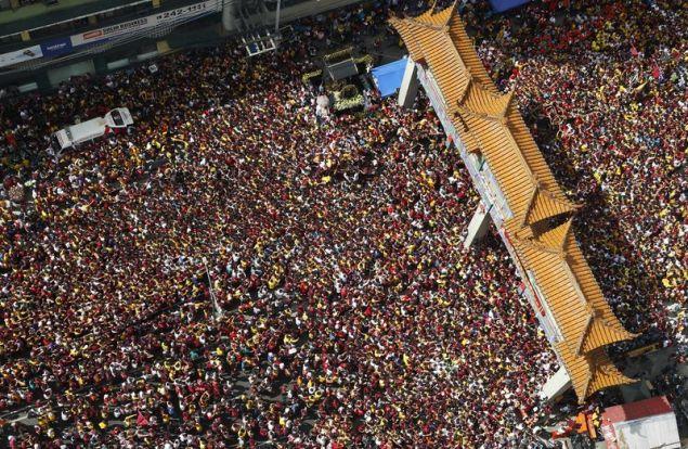 7.000 αστυνομικοί ανέλαβαν την περιφρούρηση της εντυπωσιακής πομπής στην πρωτεύουσα των Φιλιππίνων (Φωτογραφία: ΑΡ)