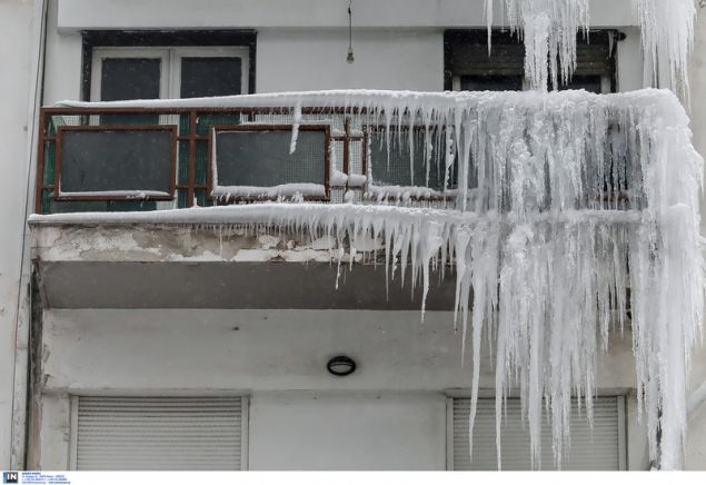 Σχηματίστηκε και παγετός στο δάπεδο των μπαλκονιών / Φωτογραφία: InTime News