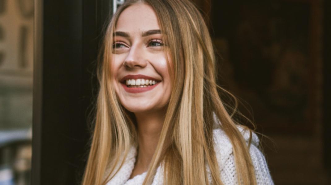 Γυναίκα με ξανθά, μακριά μαλλιά/Photo by Alina Kovalchuk on Unsplash
