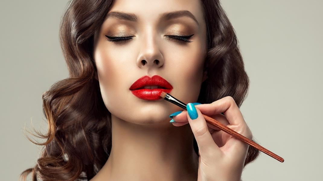 Γυναίκα με ρετρό makeup look, κόκκινα χείλη και eyeliner/Shutterstock