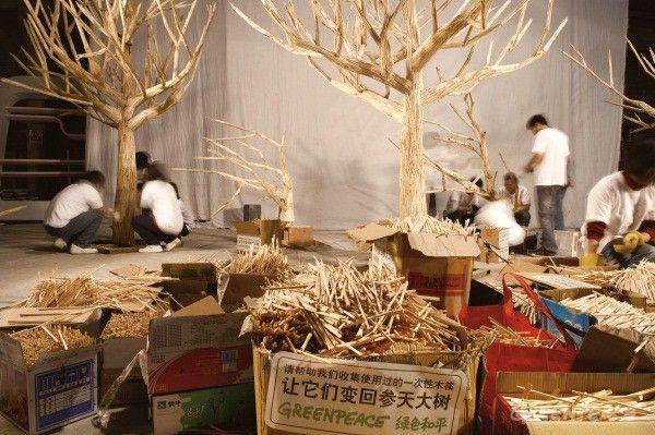 Η καμπάνια της  Greenpeace θέλει να βοηθήσει τους ανθρώπους να καταλάβουν της φυσική καταστροφή που προκαλείται από τα εκατομμύρια δέντρα που κόβονται για να μετατραπούν σε ξυλάκια φαγητού
