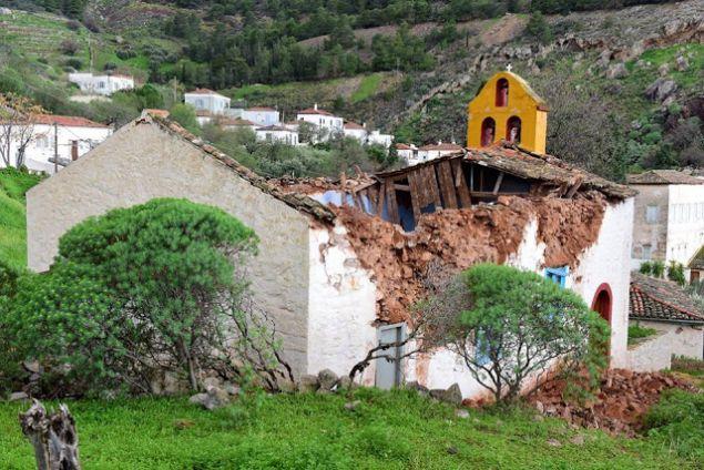 Ο παλαιός Ενοριακός Ναός της Μεταμορφώσεως του Σωτήρος στην Υδρα, κτίσμα του 1789, κατέρρευσε κατά τη διάρκεια της νύχτας από την έντονη βροχόπτωση