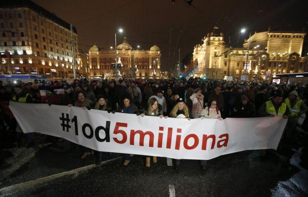 Ένα από τα πανό των διαδηλωτών ανέγραφε «Ένα από Πέντε Εκατομμύρια» - ευθεία αναφορά στη δήλωση του Βούτσιτς ότι δεν θα ικανοποιήσει τα αιτήματά τους, ακόμη κι αν κατέβουν πέντε εκατομμύρια στους δρόμους. (Φωτογραφία: ΑΡ)