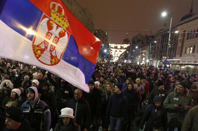 Οι επικριτές του κατηγορούν τον Βούτσιτς ότι κυβερνά αυταρχικά επιβάλλοντας έλεγχο στα ΜΜΕ και προωθεί τη ρητορική μίσους κατά αντιπάλων (Φωτογραφία: ΑΡ)