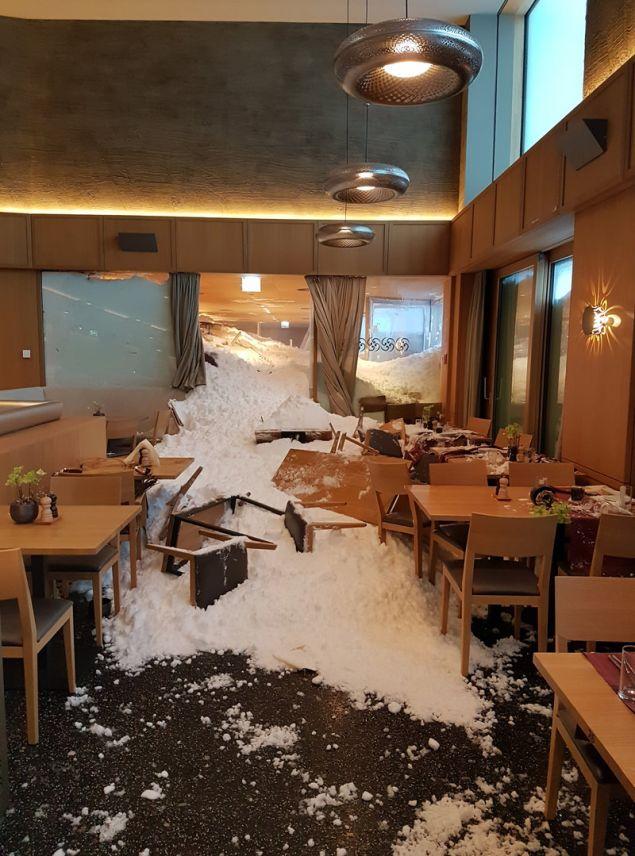 Χιονοστιβάδα εισέβαλλε στο ξενοδοχείο Saentis στο Schwaegalp της Ελβετίας, τραυματίζοντας τρία άτομα. (Φωτογραφία: ΑΡ)