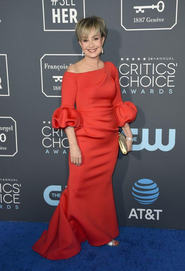 Η Άνι Ποτς με υπερβολικά μακρύ φόρεμα