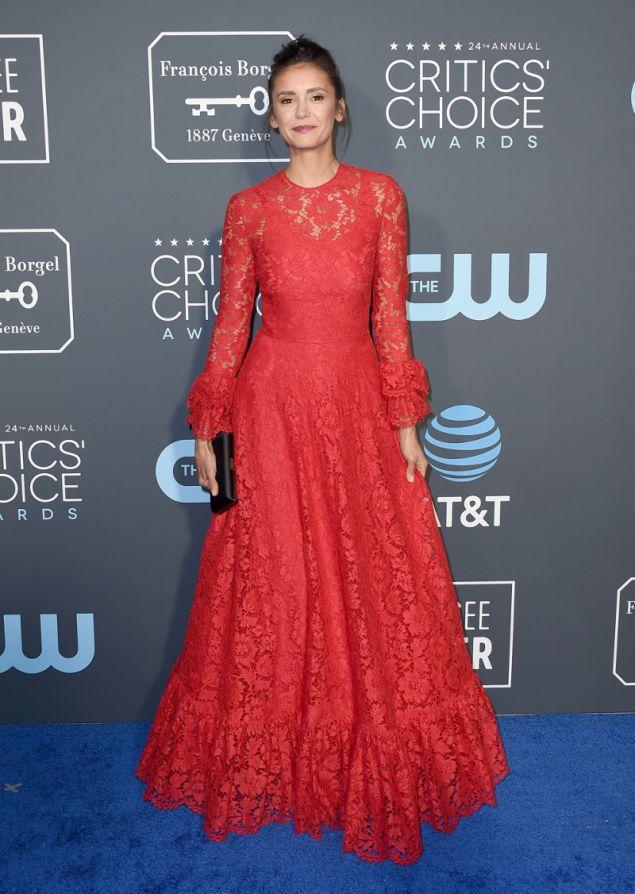 Περισσότερο κοστούμι της σειράς που πρωταγωνιστεί θύμιζε το φόρεμα της Νίνα Ντομπρεβ παρά με εμφάνιση για το κόκκινο χαλί