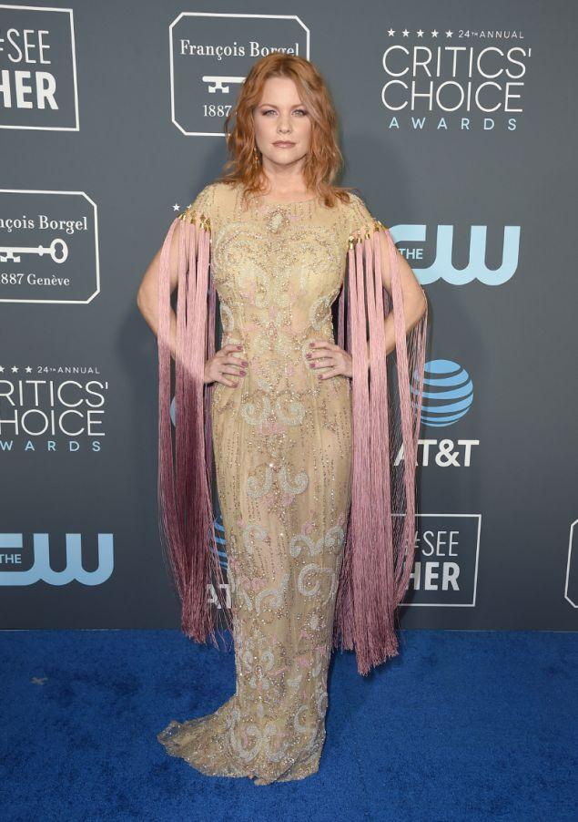 Το φόρεμα θα ήταν εντυπωσιακό χωρί'ς τις ροζ φούντες