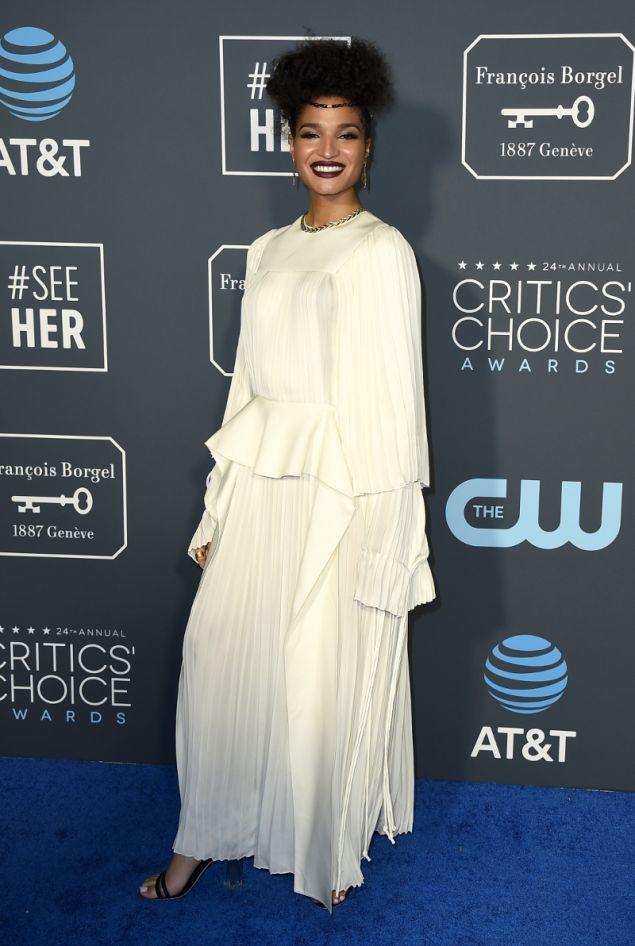 Η Ίντια Μουρ μοιάζει περισσότερο να φόρεσε ένα σεντόνι παρά φόρεμα