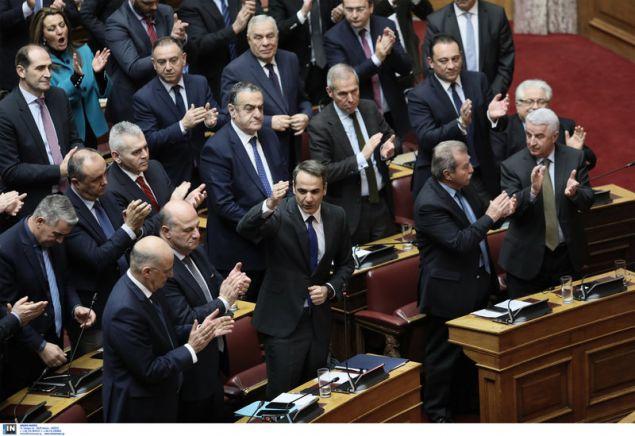 Ο Κυριάκος Μητσοτάκης επιτίθεται στον πρωθυπουργό και η ΚΟ της ΝΔ χειροκροτά