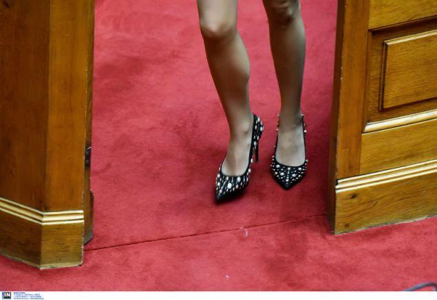 Ο φωτογραφικός φακός συνέλαβε ένα πιο χαλαρό ενσταντανέ από τη συζήτηση στη Βουλή