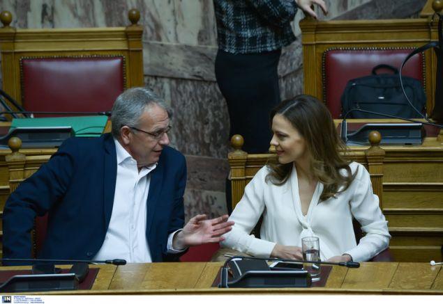 Ο αν. ΥΕΘΑ Παναγιώτης Ρήγας συνομιλεί στα υπουργικά έδρανα με την υπ. Εργασίας Εφη Αχτσιόγλου