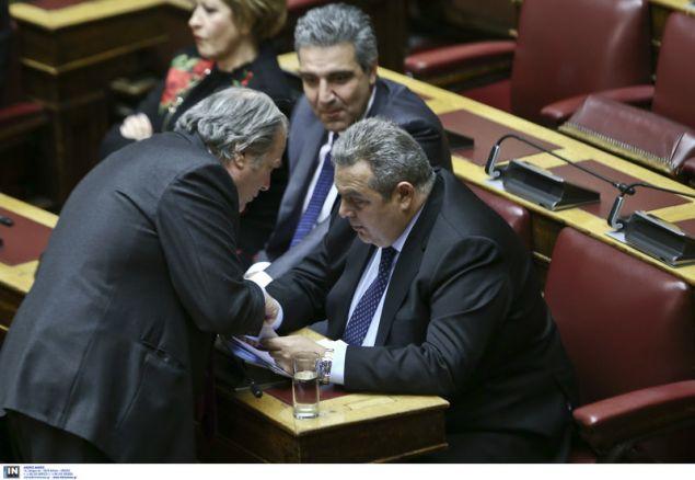 Ο Κωνσταντίνος Κατσίκης με τον Πάνο Καμμένο υπό το βλέμμα του Αρ. Φωκά-Φωτογραφία: Intimenews/ΤΖΑΜΑΡΟΣ ΠΑΝΑΓΙΩΤΗΣ