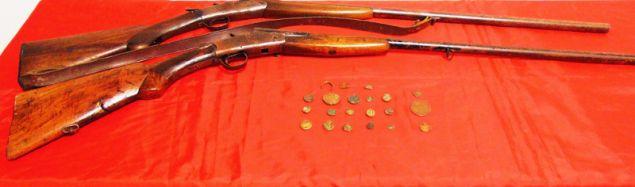 Στην κατοχή του βρέθηκαν και κατασχέθηκαν δεκαεννέα νομίσματα και δύο χάλκινα αντικείμενα