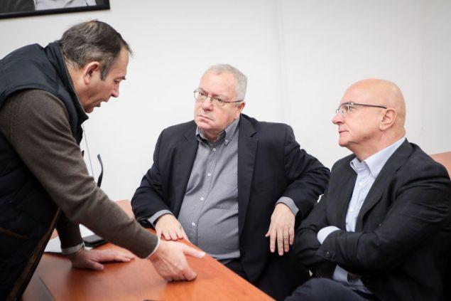 O Σταμάτης Μαλέλης (μέση) συζητά με στελέχη τη;ς ΔΗΜΑΡ -Φωτογραφία: Χρήστος Μπόνης/Eurokinissi