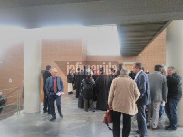 Ο καθηγητής Αλιβιζάτος (με πλάτη) συνομιλεί με τον συνήγορο του Μητροπολίτη Αιγιαλείας Γιώργο Μπέσκο