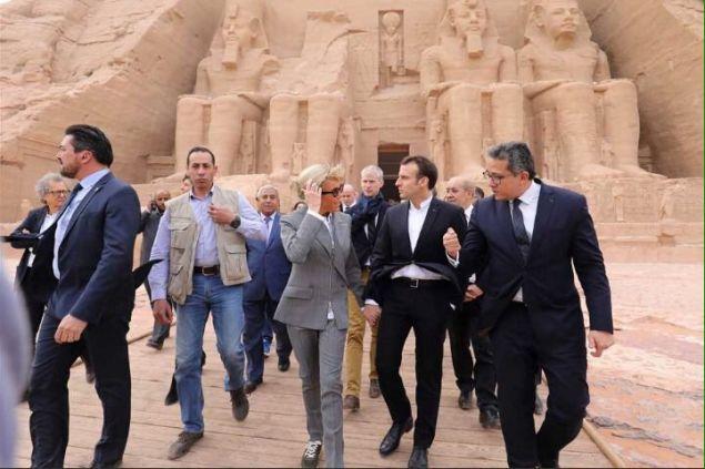 Με αθλητικά εμφανίστηκε η Μπριζίτ Μακρόν σε επίσκεψη αρχαίου ναού στην Αίγυπτο