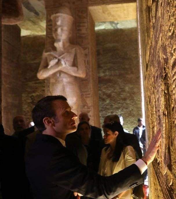 Εντυπωσιασμένος ο Εμανουέλ Μακρόν από τον αρχαίο ναό