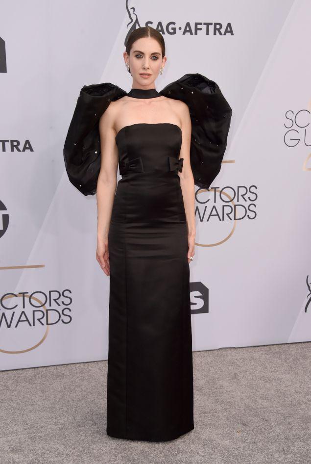 Η Άλισον Μπρι με μαύρο φόρεμα MIu Miu